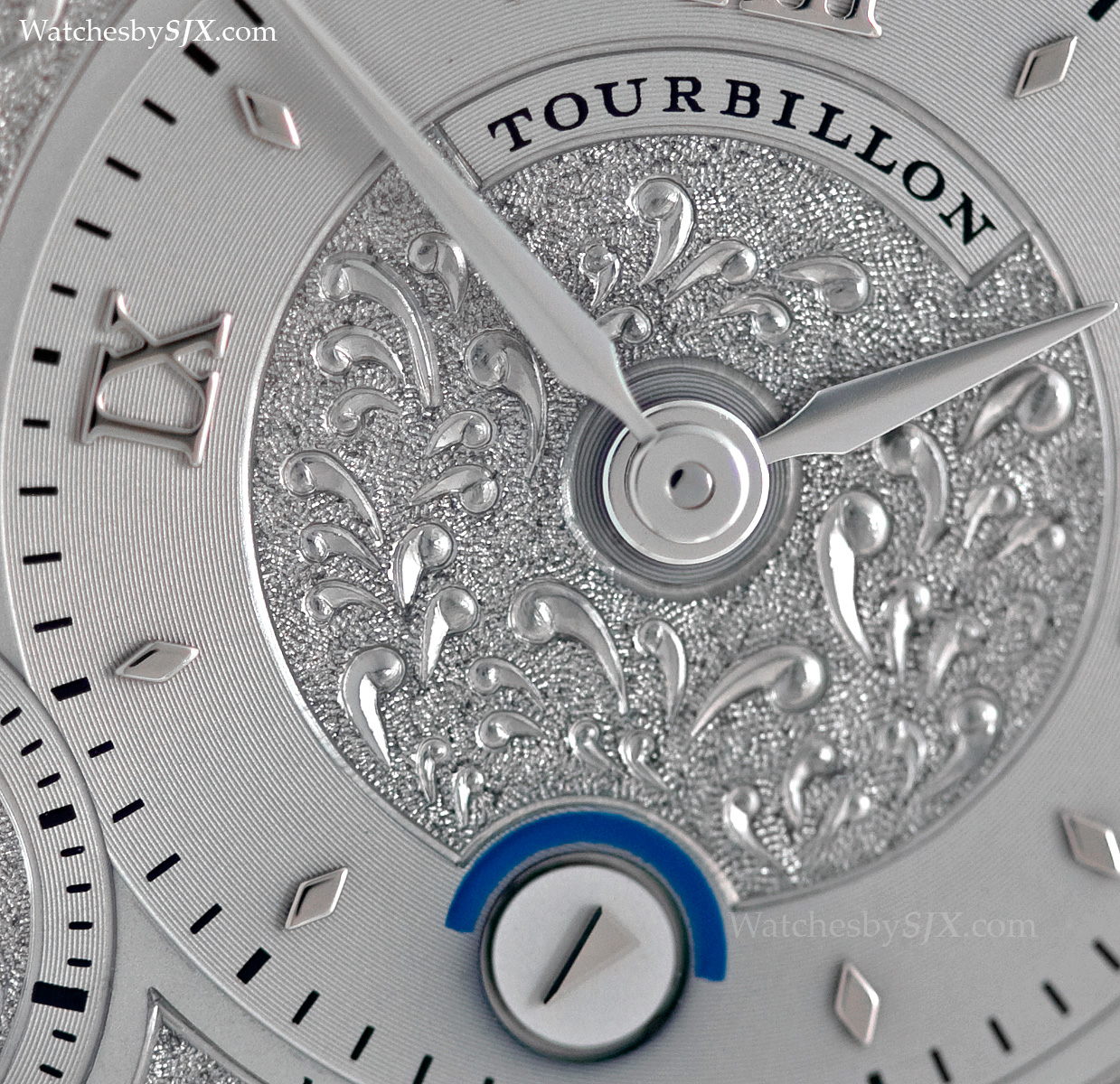 Hand-engraving on the dial
