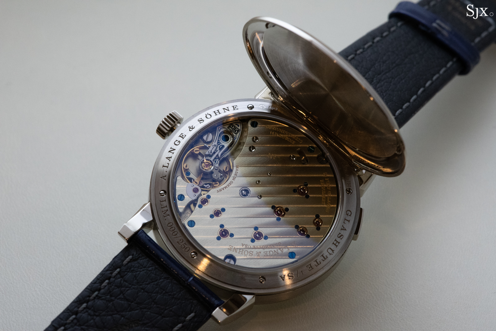 Discrete view for the owner – the ¾ plate movement behind the hunter caseback.