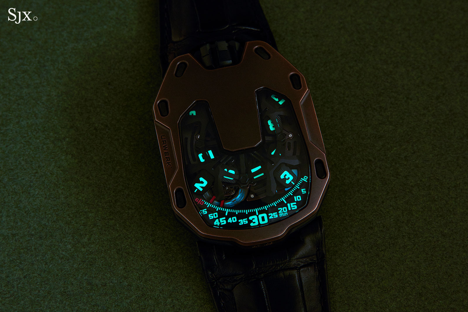 Urwerk UR-105 The Hour Glass lume