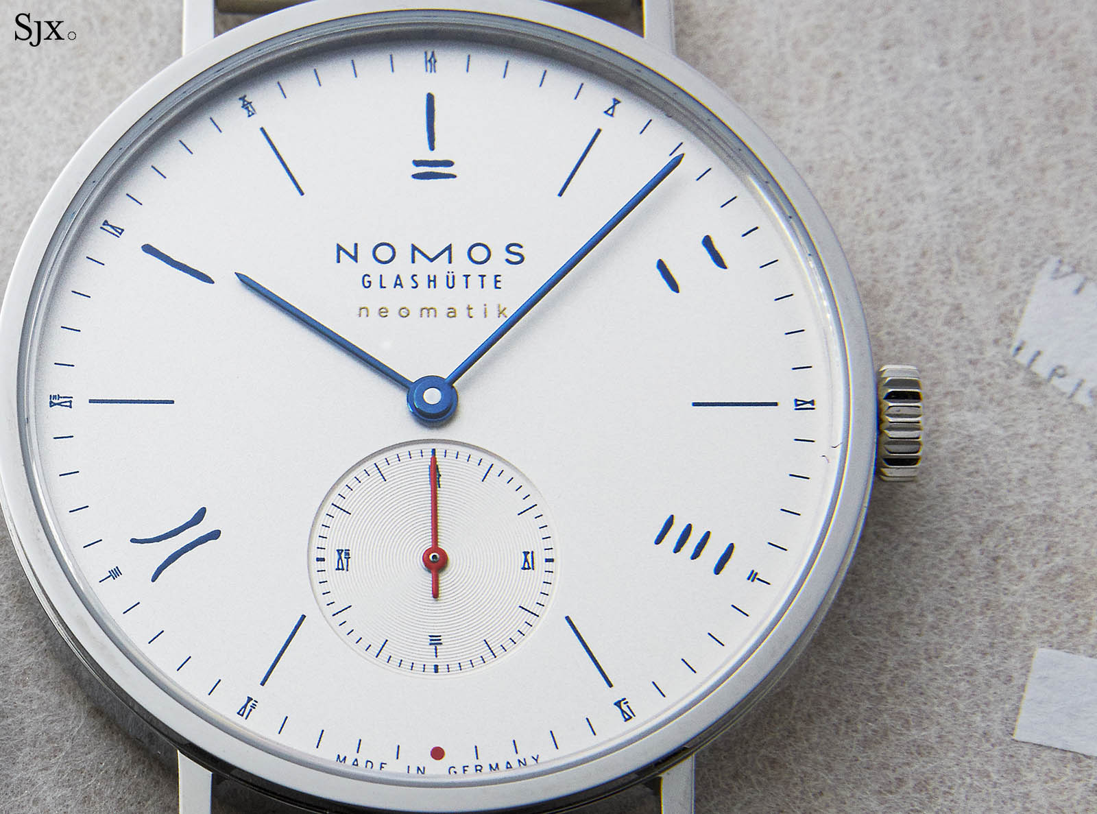 "Nomos Tangente Neomatik 39 Red Dot ""The Hour Glass"" 4"